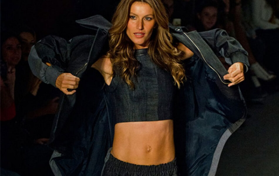 Gisele Flashes and Shows Us Her Abs