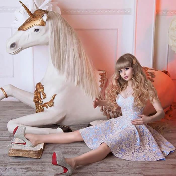 Barbie  ailesini terk etmekte zorlanıyor