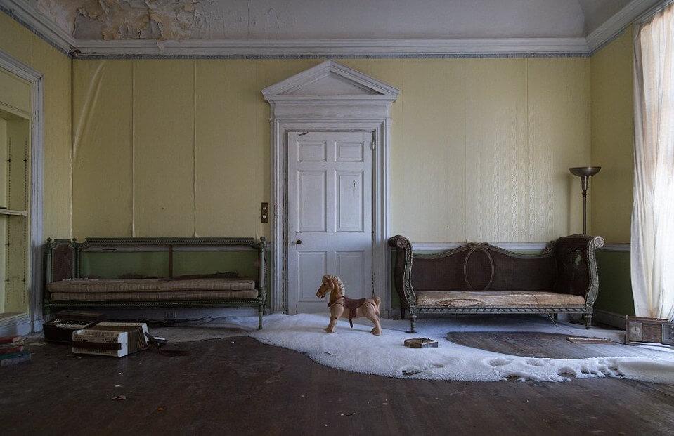 snow-abandoned-mansion-12796.jpg