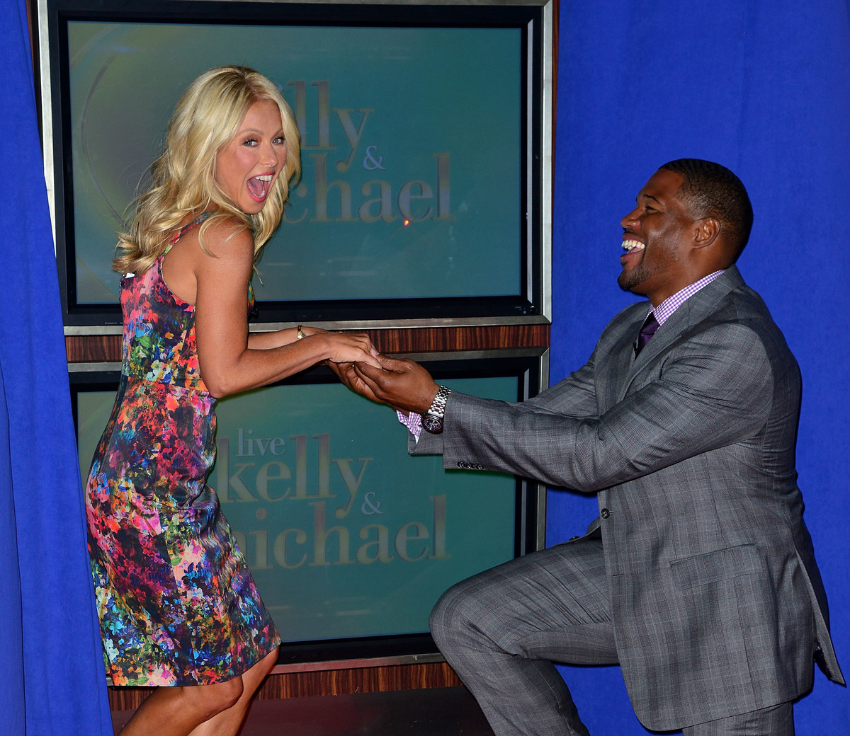 Kelly Ripa and Michael Strahan pose outside