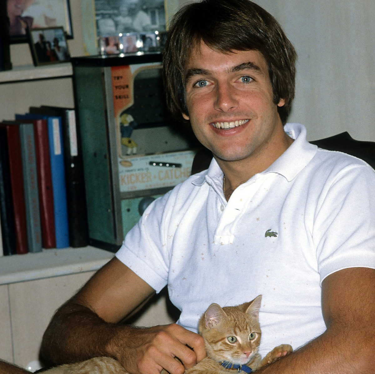 Actor Mark Harmon poses with a cat for a portrait in circa 1985.