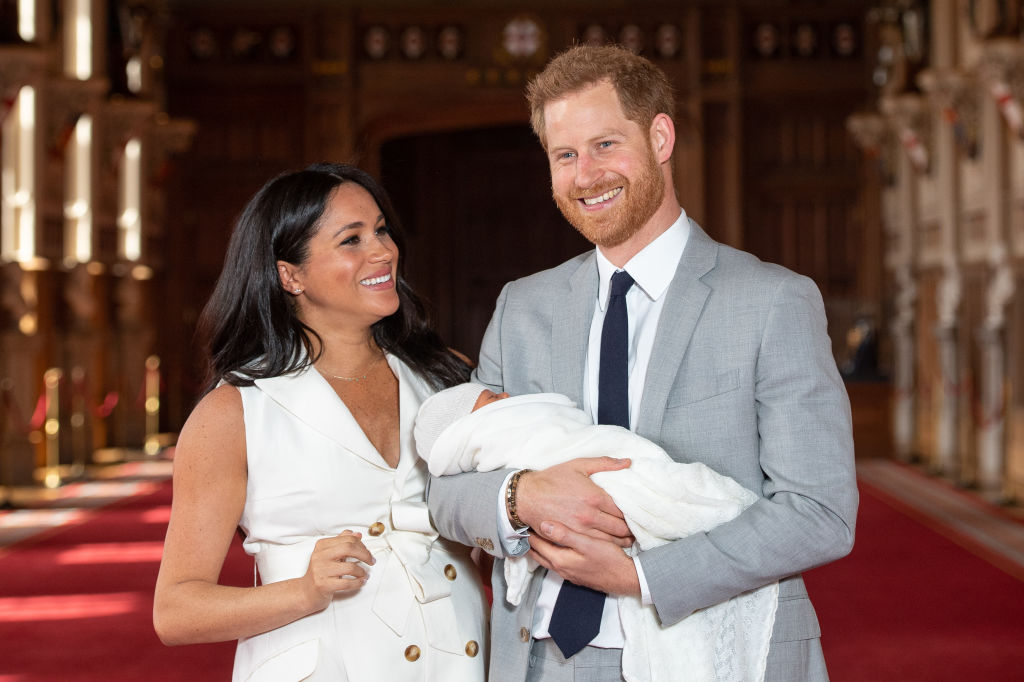 GettyImages-1142167987 Prince Harry, Duke of Sussex and Meghan, Duchess of Sussex, pose with their newborn son Archie Harrison Mountbatten-Windsor