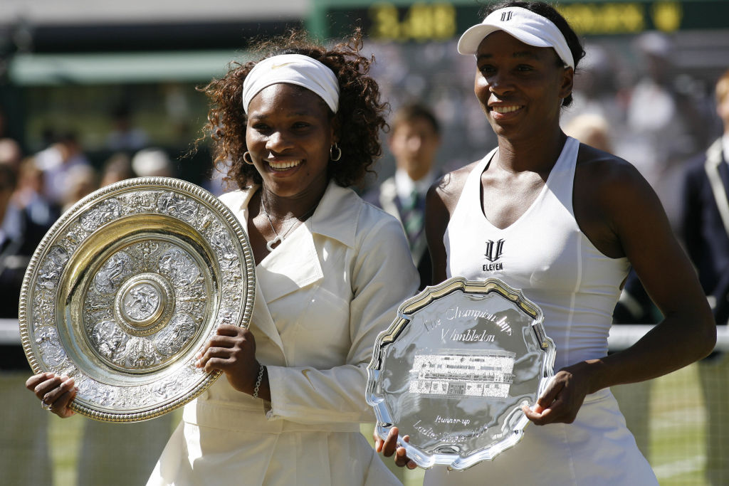 GettyImages-88819983 US Serena Williams(L) and US Venus Williams hold up their trophies after their women's final match