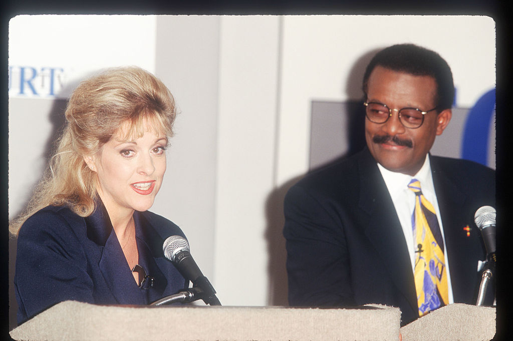Former prosecutor Nancy Grace and attorney Johnnie Cochran speak at a press conference