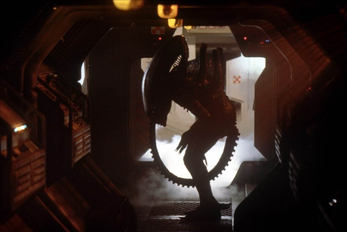 the actor who played the alien with just barely under seven feet tall