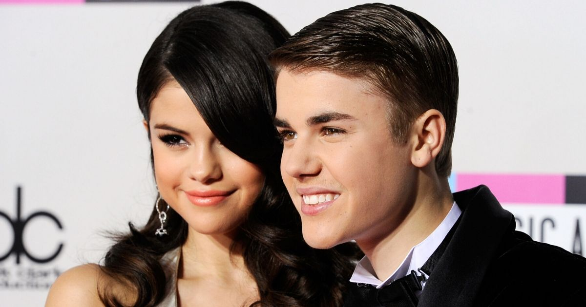 Singers Selena Gomez and Justin Bieber arrive at the 2011 American Music Awards