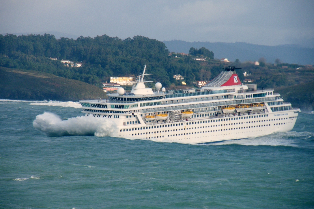 cruise-ship-in-wave