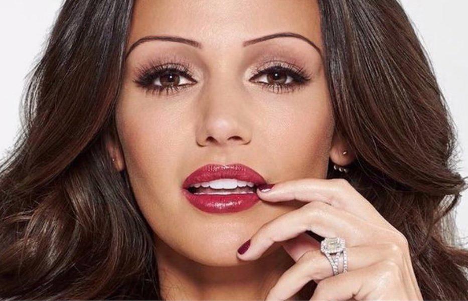 A model has thin eyebrows.