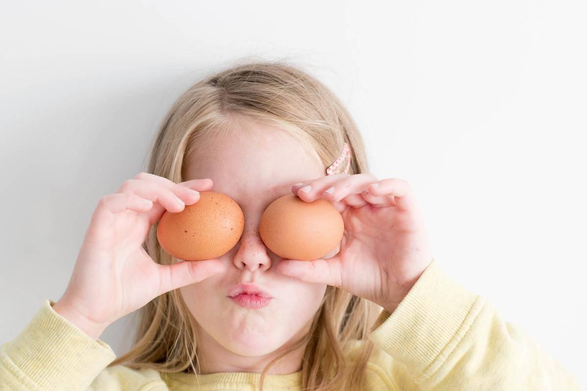 child with chicken eggs