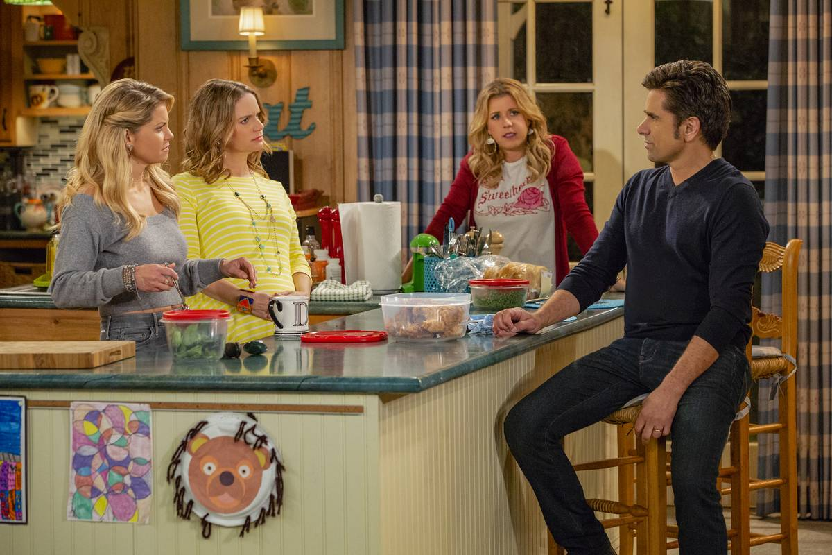 the cast of fuller house in the kitchen set
