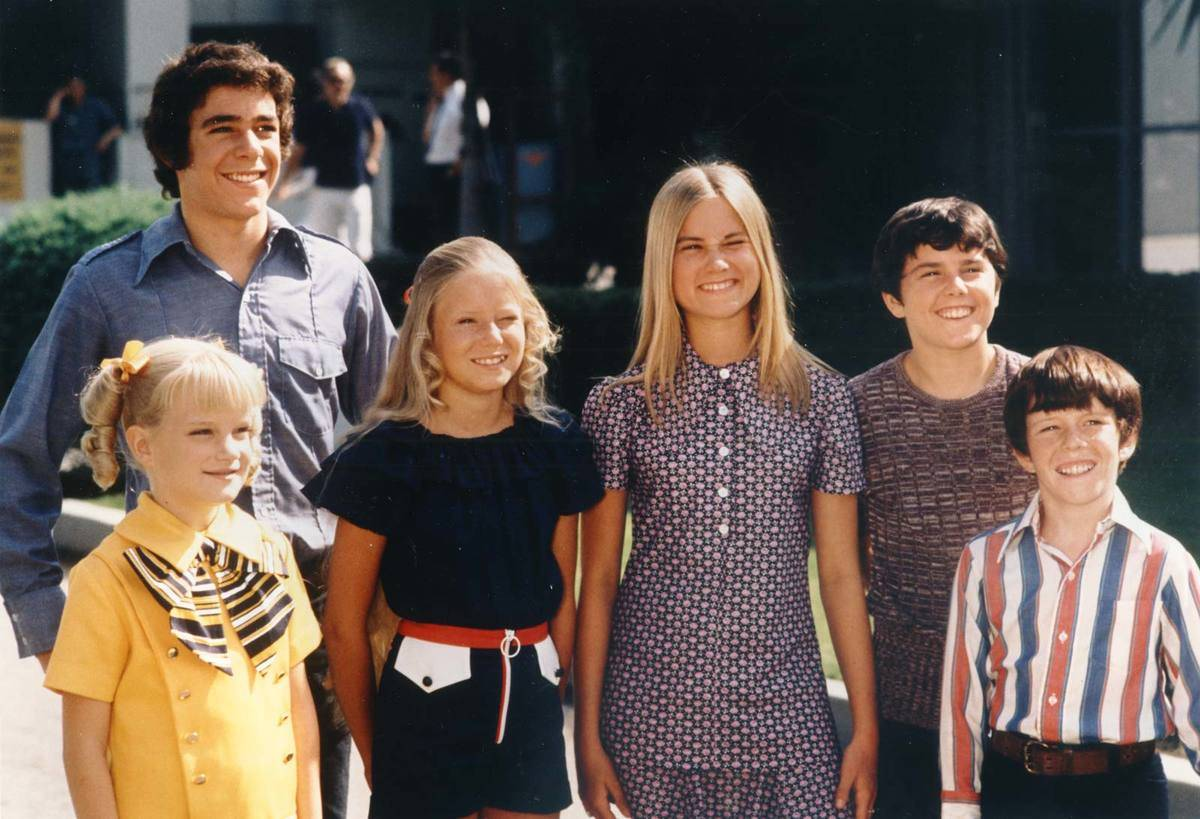 the cast of the brady bunch in retro clothes