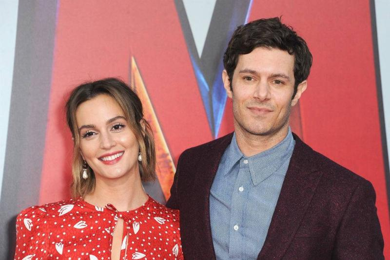 Leighton Meester and Adam Brody posing for a photo