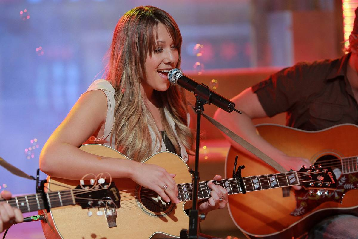"""Colbie Caillat performs on """"TRL"""" in 2007."""