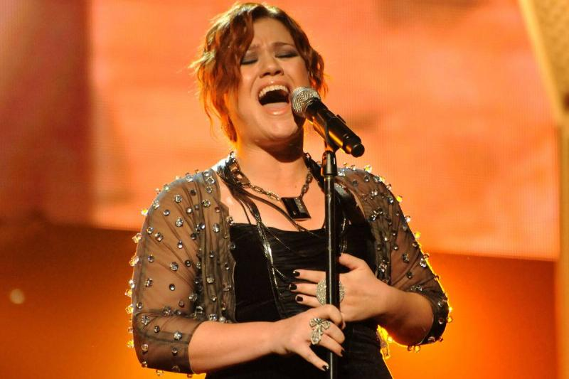 Kelly Clarkson performs at the 2009 AMAs.