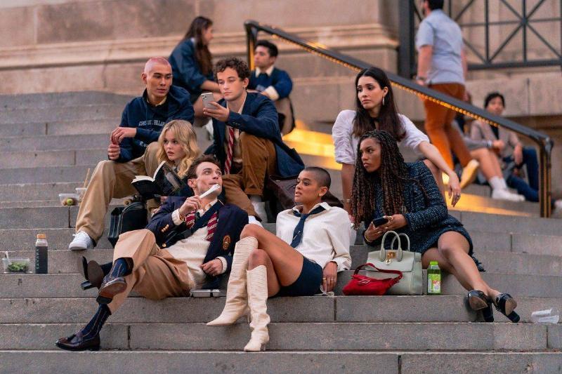 gossip girl cast sitting on steps